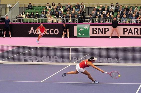 女子国別対抗戦フェド杯ワールドグループ2部1回戦にて日比野菜緒選手が1試合目に登場、シングルスでストレート勝ちしました。